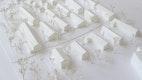 Ein kompakter, öffentlicher Erschließungsring und daran angeschlossene gemeinschaftliche Hofsituationen mit Zugangs und Parkierungsbereichen durchziehen als multifunktionaler Bewegungs- und Begegnungsraum das Quartier