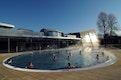 Blick auf die bestehende Sportbadehalle und dem Anbau mit Panoramasauna