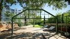 Ansicht vom Glaspavillion, Sitzmöbel, Lattenboden, Bäume und Rasen