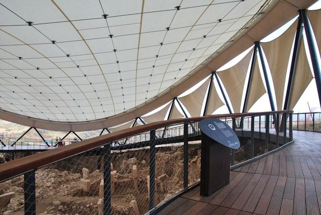 Detail Besuchersteg mit Blick auf die Grabungsstätte
