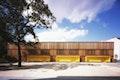 Schulhof mit Sporthalle und Sitzboxen