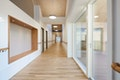 Das Gebäude von Innen: Viel Licht und warmen Farben tragen zur Wohnqualität bei