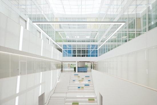 Viel Tageslicht und die helle Gestaltung schaffen Orientierung und Transparenz.