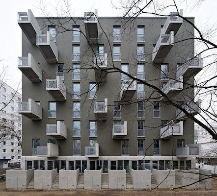 """Bauherrenpreis / Kategorie WOHNUNGSBAU: Wohnhäuser """"Paul-Zobel-Straße"""", HEIDE & VON BECKERATH, HOWOGE Wohnungsbaugesellschaft mbH, StudioC, © Andrew Alberts"""