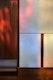 Detail Urnenkammern: weiße Glaskeramik und dunkles Nussbaumholz mit Lichtreflexion