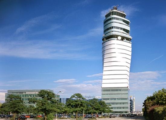 Tower Flughafen Wien - Blick von der Flughafenzufahrt (Foto Härdtlein)