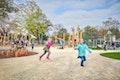 Spielplatzanlagen mit Klettertürmen, Balancierbalken und Seilen