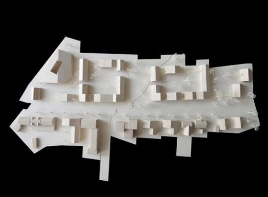 Zwei aus Einzelhäusern gebildete Wohnhöfe rhythmisieren den Straßenraum