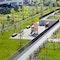 Blick auf Mietergärten, Spielanlagen und Wege an Geländerückseite