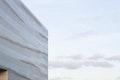 Reflexionen auf der perforierten Fassade aus Aluminium