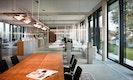 Transparenz im Inneren-Konferenzraum nur durch Glas getrennt
