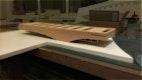 Das Gebäude fertig montiert. Es fehlen Bäume und Umgebung. M 1:500 Alle Gebäudeteile wurden aus Birne massiv CNC-gefräst und anschliessend im Büro Kohlmayer Oberst Architekten zu einem Ganzen zusammengefügt, geschliffen und auf die Grundplatte gesetzt.
