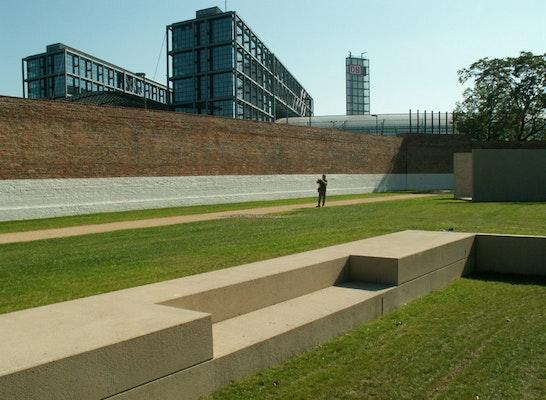 Ehemaliger Zellenflügel als abgesenkte Rasenfläche dargestellt, Hauptbahnhof im Hintergrund