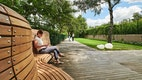 Sitzbank, Beleuchtung, Rasenflächen und Lattenboden