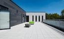 Im Dachgeschoß entsteht der fünfte Gruppenbereich. Er kann unabhängig vom Betrieb der darunterliegenden Etagen genutzt werden. Eine Terrasse, die barrierefrei zugänglich ist, ermöglicht auch hier einen Aufenthalt im Freien.