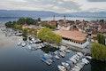 Vogelperspektive aus Nordwesten auf Inselhalle, Parkhaus und die dahinter liegende Altstadt von Lindau