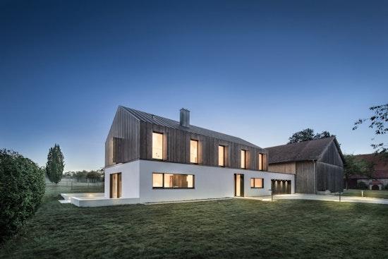 Modernes Haus fügt sich in de Kontext eines mittelalterlichen Hofguts