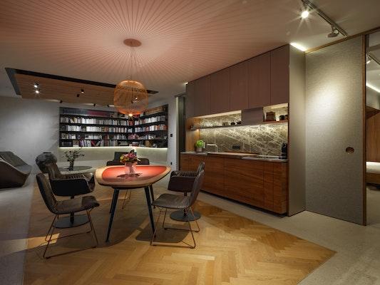 Küche mit Blick in den Wohnbereich