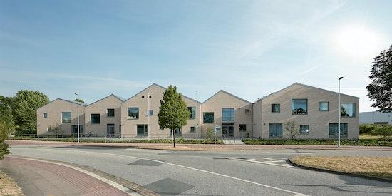 Genius Loci - das Wohnheim in der Büsumer Straße orientiert sich mit den Merkmalen der Giebelständigkeit und des Satteldachs an der altehrwürdigen Bebauung des Umfelds