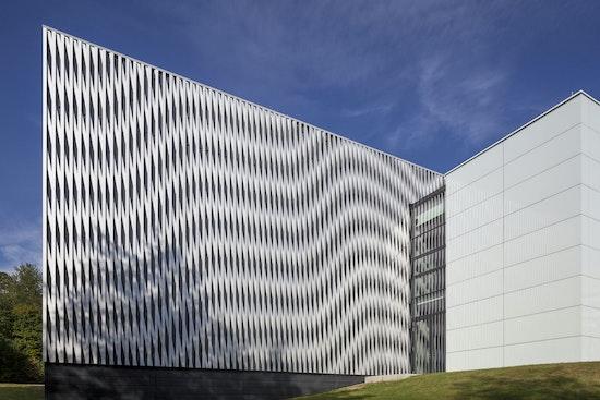 Fügung der Baukörper | Versuchshalle und Bürobaukörper mit Glasfuge