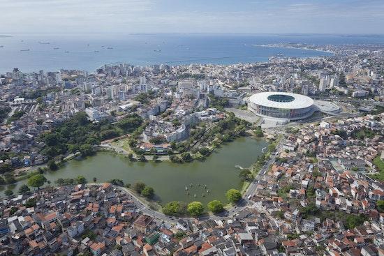 Arena Fonte Nova, eingebettet in der Stadt Salvador
