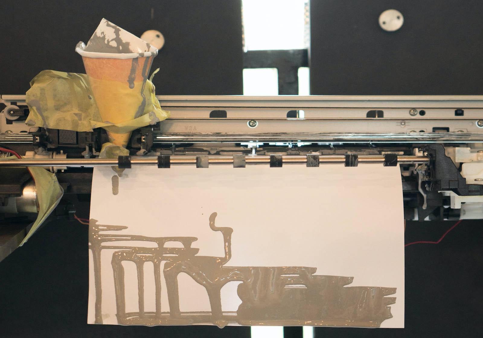 Nach dem Workshop malt der Tintenstrahldrucker nur noch mit Acrylfarbe.