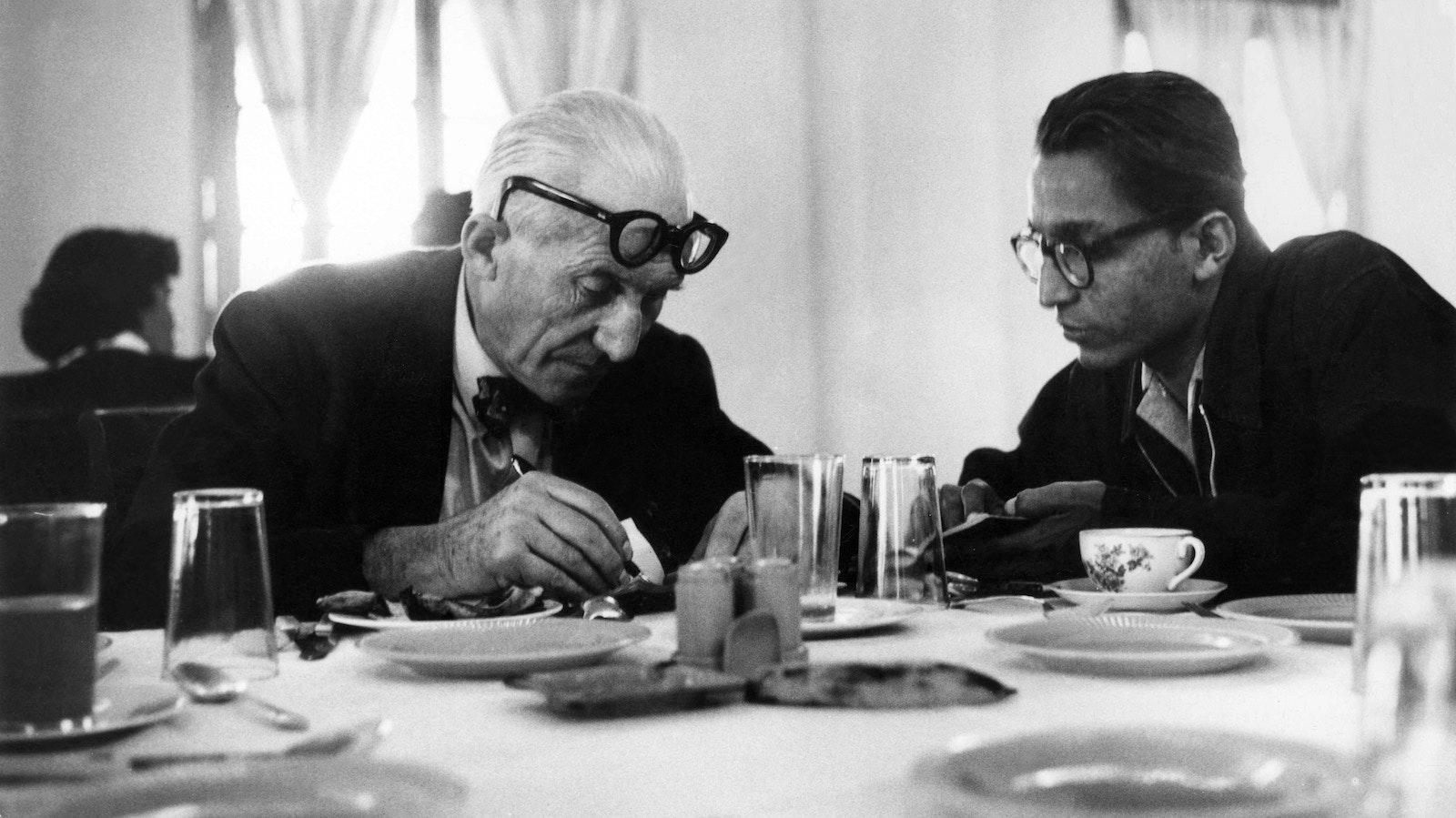 Doshi (rechts) mit seinem Mentor Le Corbusier